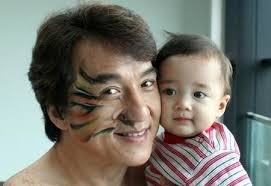 你有看過成龍的「寶貝計畫」嗎?這個寶寶長大囉!!超帥的啊~~