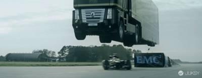 破金氏世界紀錄 F1生死一瞬間鑽過飛躍的大卡車底部!!