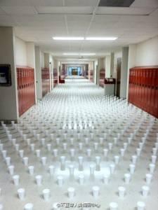 唯一出口就在前面。可是每個杯子裡都裝滿了水。。。智商130以上才想得出解法!!