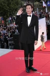 Running Man稱職「背信者」 「長頸鹿」 李光洙認真起來真的帥!