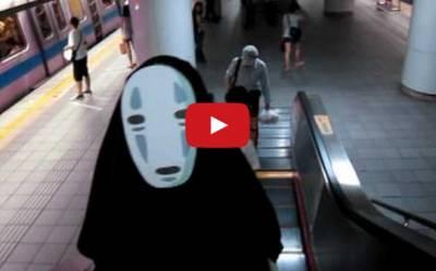「無臉男」搭台北捷運,許多人看到尖叫了!