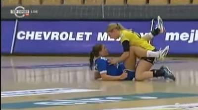 絕妙瞬間 女子手球比賽球員變摸奶大賽?!
