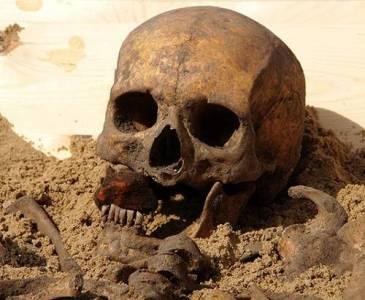 太驚悚!!發現吸血鬼集體墳墓!!全部被刻意以「不可復活」儀式封印!!!