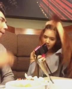 正妹吃飯一直拍一直拍一直拍 男友把她打到臉歪