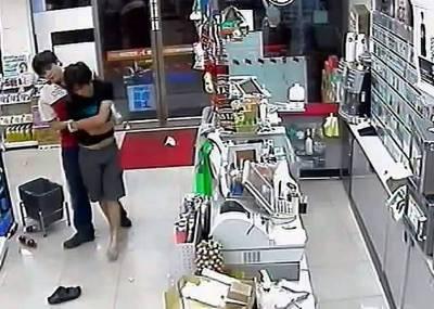 搶匪衝進超商縱火...忘帶打火機店員傻眼了!