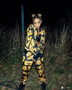 無法駕馭印花單品?代言 Adidas 的潮流達人 Rita Ora 穿給你看