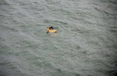 這個國家怎麼了...有人自殺跳河,旁人事不關己的拿出手機錄影...