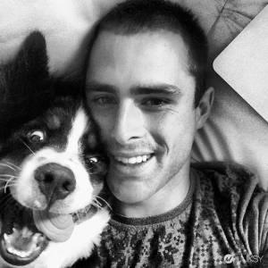 陽光型帥氣機師 愛犬形象讓女性網友大喊:「他 我可以!」
