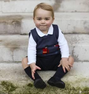 英國喬治小王子最新萌照!Cath Kidston 英倫風的皇家衛兵圖紋針織背心超可愛!