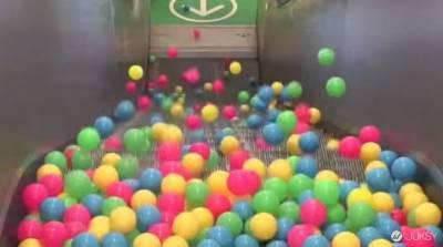 將一堆彩球丟到手扶梯 結果居然是...