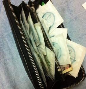 街頭檢查女高生錢包竟然發現套套...妹子的解釋讓路人都超害羞!!!