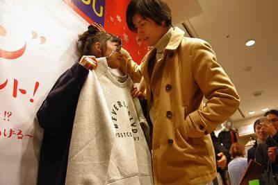 日本 GU 帥店員壓牆「壁咚」 女顧客好嬌羞