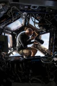 電影地心引力奧斯卡大獲全勝,美國太空總署NASH以真實照片重現太空站點滴