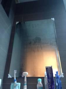 浴室鏡子裡驚見倒掛「掌印」 女孩嚇得圍浴巾衝出浴室