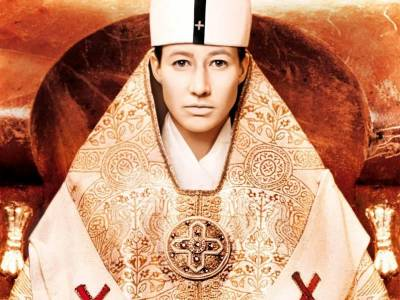 殘忍!「女扮男裝」當「教皇」!當街產子被揭身份後…竟被…!