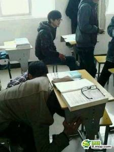 同學們,上課玩手機請小心呀! 大家都笑翻了XDD