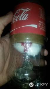 去自動販賣機買可口可樂...沒想到掉出來一瓶貌似「沾血棉花」物品?!