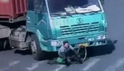 驚悚甚入!單車阿伯被14輪聯結車撞倒輾過瞬間...