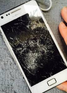 萌妹發現男友手機裡都是他與前任的私密豔照...!竟做了如此舉動...