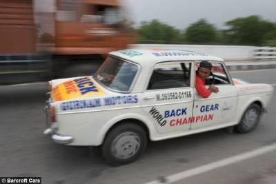 神人!!印男子倒著開車11年!!叫他正著開反而不習慣~