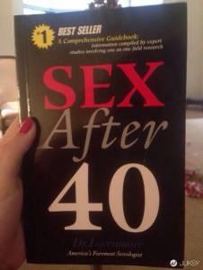 媽媽收到「40歲後的性愛」書籍 但打開後...哥哥的反應成為全場焦點!
