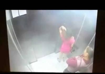 正妹搭電梯,剛放進口袋的粉紅色丁字褲意外掉出!現場一片尷尬...