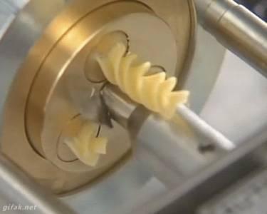 太神奇了!!他把麵粉和雞蛋加進這台機器後…就滾出了大家都愛吃的東西!!