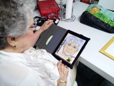 幫84歲阿嬤買了一台iPad。結果她在上面畫了....