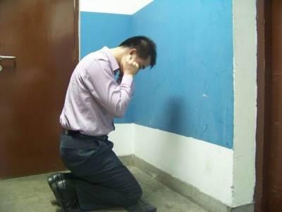 中午老婆打電話來 不耐煩的女同事竟然說了那樣的話 我回家就跪算盤了…
