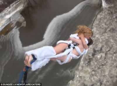 愛情多偉大?拉脫維亞瘋狂裸體情侶,相擁挑戰雪地高空彈跳