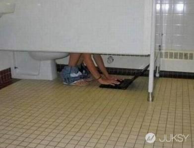 廁所怪事一籮筐!沒想到在裡面也可以____?