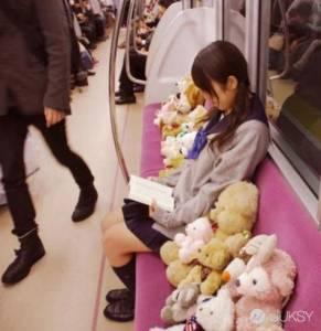 櫻花妹帶布偶佔位 各種地鐵難得一見的奇景