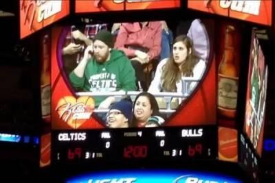 男生忙講手機不玩 NBA 球場「親親任務」 結果女友當場被把走...