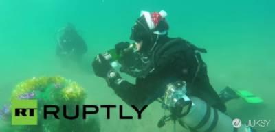 戰鬥民族超兇狠 結冰海面下喝香檳慶祝聖誕新年到來!