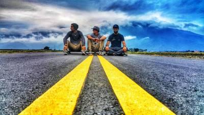 肖肖阿兜仔「海明威」以 滑板 自行車 走路 瘋狂環島三圈進擊中 與 QUIKSILVER 衝浪好手「從心看見台灣」一起探索台灣之美!