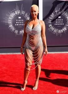 肯伊威斯特前女友 Amber Rose 展示了她驚人的性感泳裝