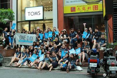 「TOMS世界無鞋日」 各界人士00人赤腳上街 坐捷運,一日無鞋體驗拍立得大集錦!