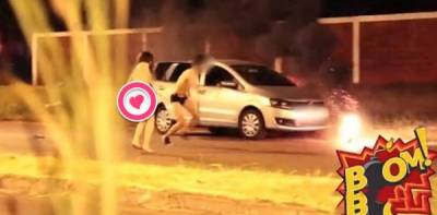 2女1男深夜街頭車震 路人放煙花惡搞嚇得3人逃竄
