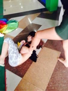 有必要這麼狠嗎?小三被當街脫衣毆打幾乎半裸