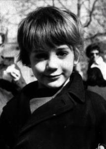 這個可愛的小男孩…長大後竟然演出了一個很man的超級英雄!!看得出是誰嗎?