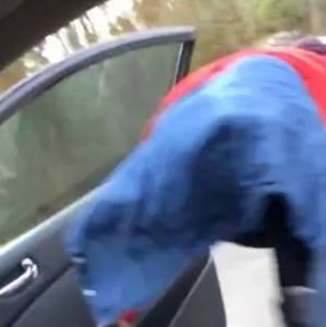 騷妹妹開車門跳脫衣舞扭屁屁...沒想到手一鬆悲劇發生...!