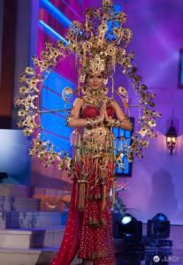2015 年環球小姐大賽中獲取前 20 名資格的佳麗們 展現了最讓人「不知道從何說起」的特色服裝...