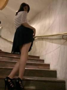 「太扯了!正妹上樓前掀裙擺是在暗示嗎?」網友問下一步該....