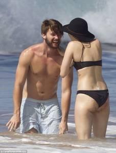 麥莉超豪放!Miley Cyrus 脫下泳衣 直接上空與男友海邊戲水