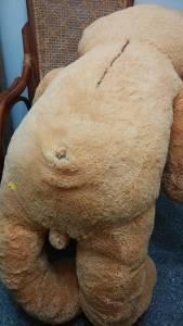 熊玩偶尾巴掉了,阿姨好心修補,沒想到竟然變成人玩偶…