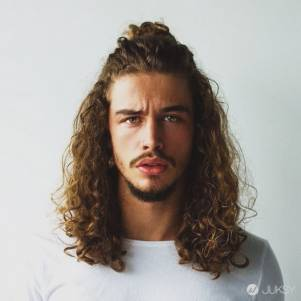 男生就該留短髮?25 張髮型範本給你「男生就該綁包頭」的正當理由