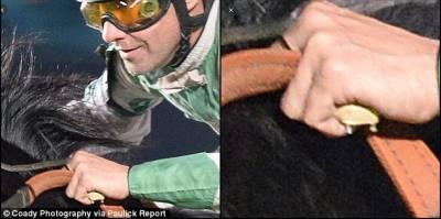 這張看起來平常的照片,卻隱藏了一個驚人秘密!!毀了這個騎師的一生…你找得到嗎?