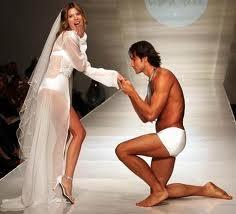 你知道為什麼求婚時要單腳跪地嗎!?