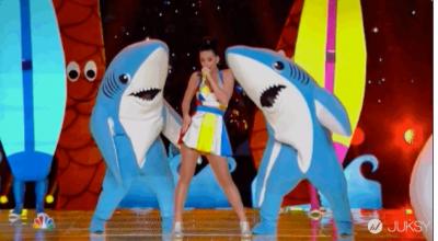 凱蒂佩芮在超級盃表演的秘密:配角「鯊魚」...其實是個性感大帥哥