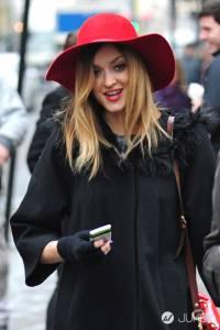 成為早春時尚焦點:寬沿帽+休閒穿搭